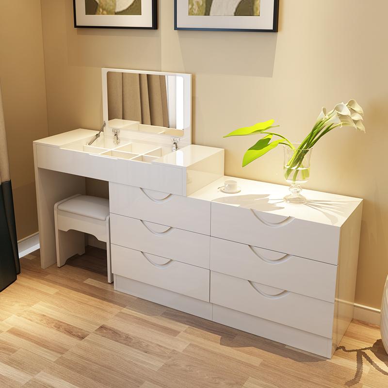 спальня с комодом и туалетным столиком своей деятельности инженер-энергетик