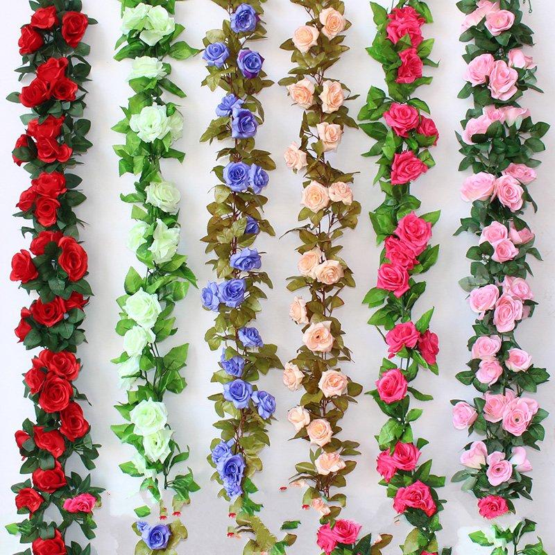 Simulación de plástico colgando de balcones con flores rosas enredaderas cerca de la tubería de desagüe de la decoración de techo con aire acondicionado