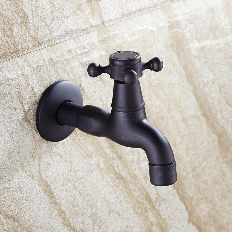 den särskilda europeiska koppar svart brons. vattnet i toaletten mun, svarta små hjul ledande klubbar paketet -
