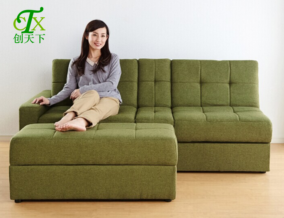 σύγχρονο μινιμαλιστικό σαλόνι με μικρό ιαπωνικό ονάδα ισχυρό χώρο αποθήκευσης το ύφασμα καναπέ κρεβάτι.