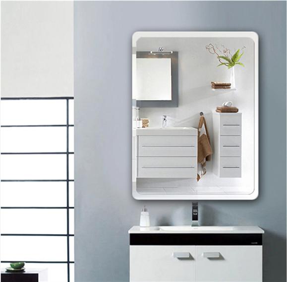 鏡の鏡面は、バスルームのトイレの壁掛けの小さい化粧浴室のレンズの中に掛かって壁式に掛かって