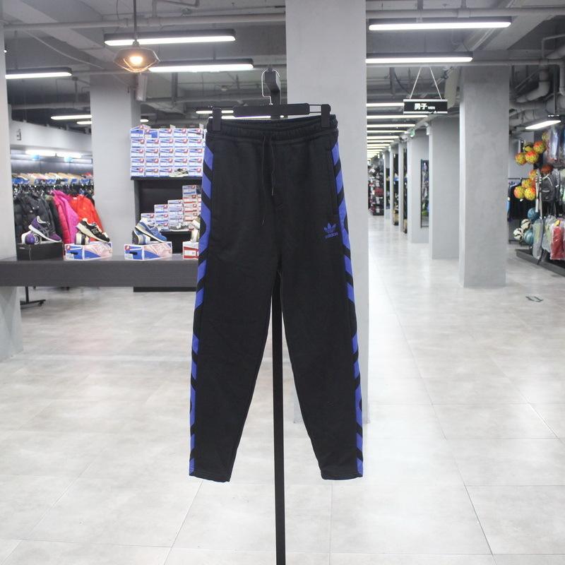 Adidas Adidas deportivas y el hombre con las piernas los pantalones de terciopelo BK7256