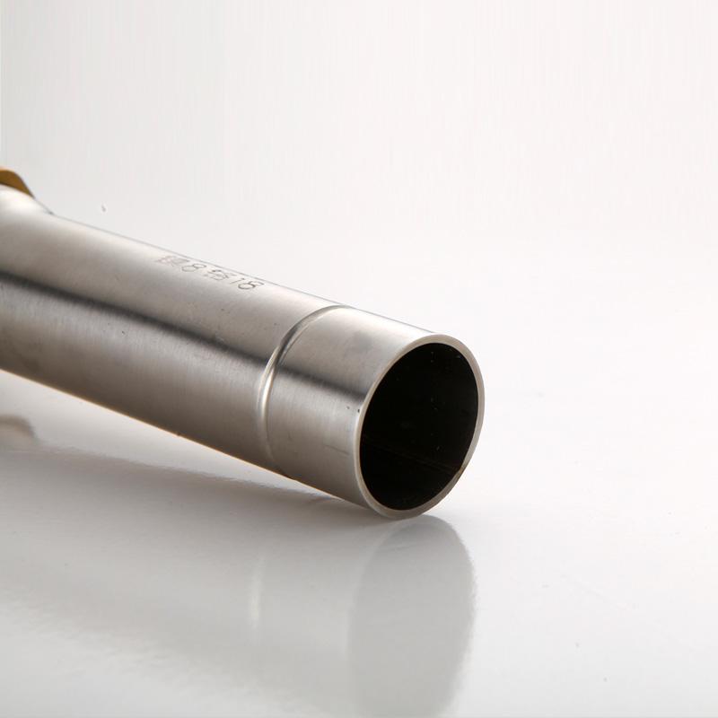 La cuenca de acero inoxidable 304 del lavabo de agua bajo el lavabo con un tubo de salida en placa
