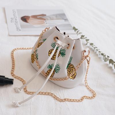 韩版刺绣菠萝水桶包2017潮新款抽带女包时尚链条包百搭单肩斜挎包