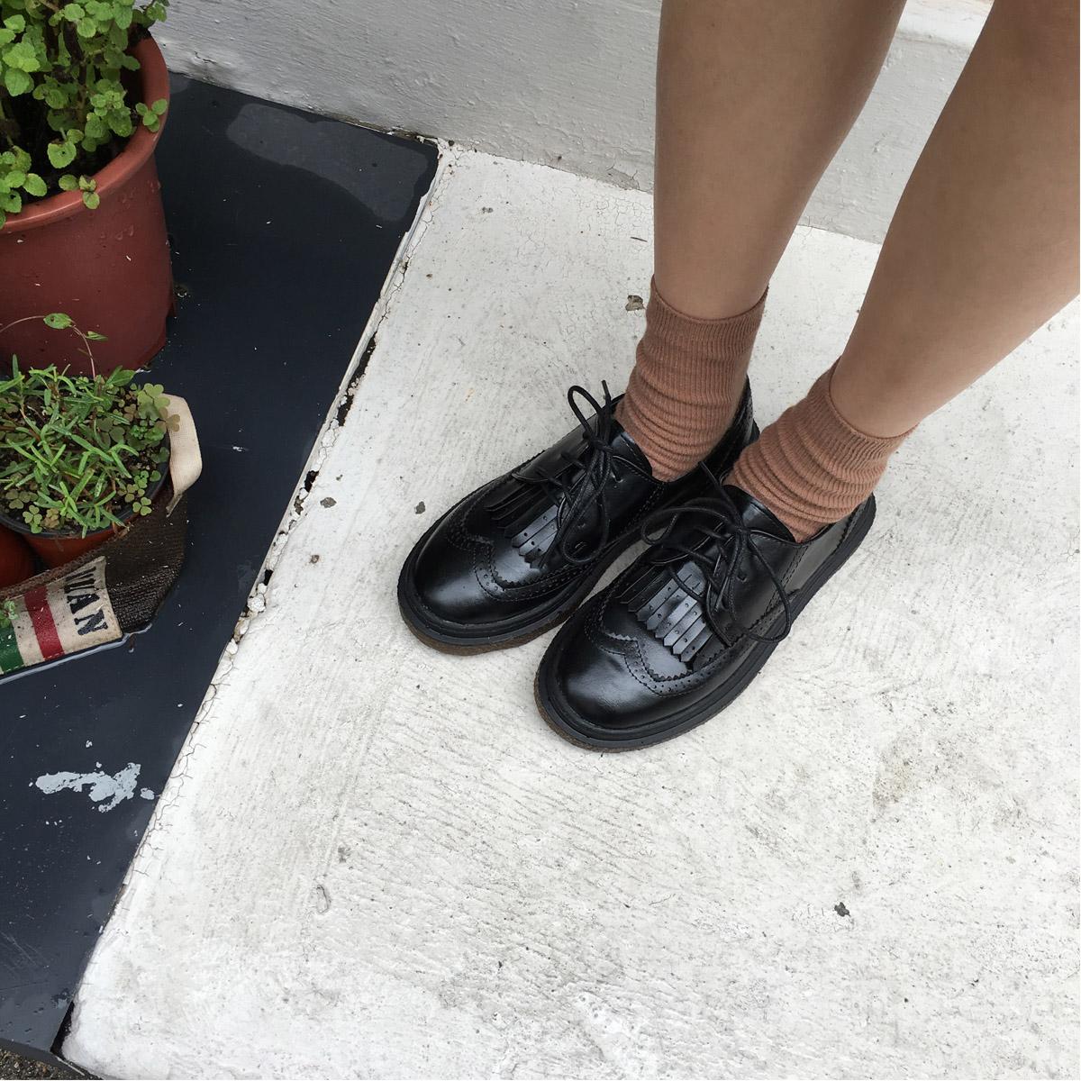 陸小團團 韓國新款氣質復古單鞋鏤空鉤花黑色小皮鞋平底鞋女秋。