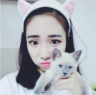 Lindo gatito oídos con aro de la máscara de maquillaje cara linda flequillo peinado 陈赫 con una toalla