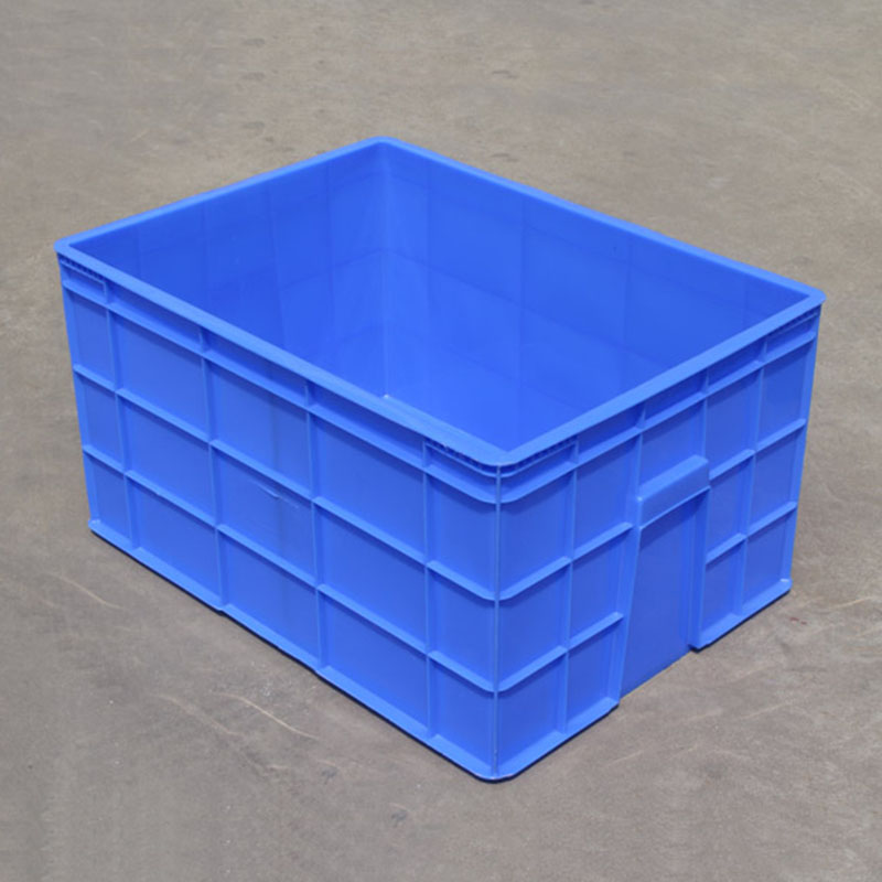 logistik livsmedel på fält tjockare material fall stora delar av lådor plast lådor stora rektangulära lådor.