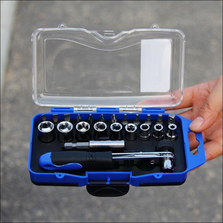 La llave de combinación de paquetes de mantenimiento de vehículos automóviles a bordo de un auto con llave de trinquete, conjunto de herramientas de hardware