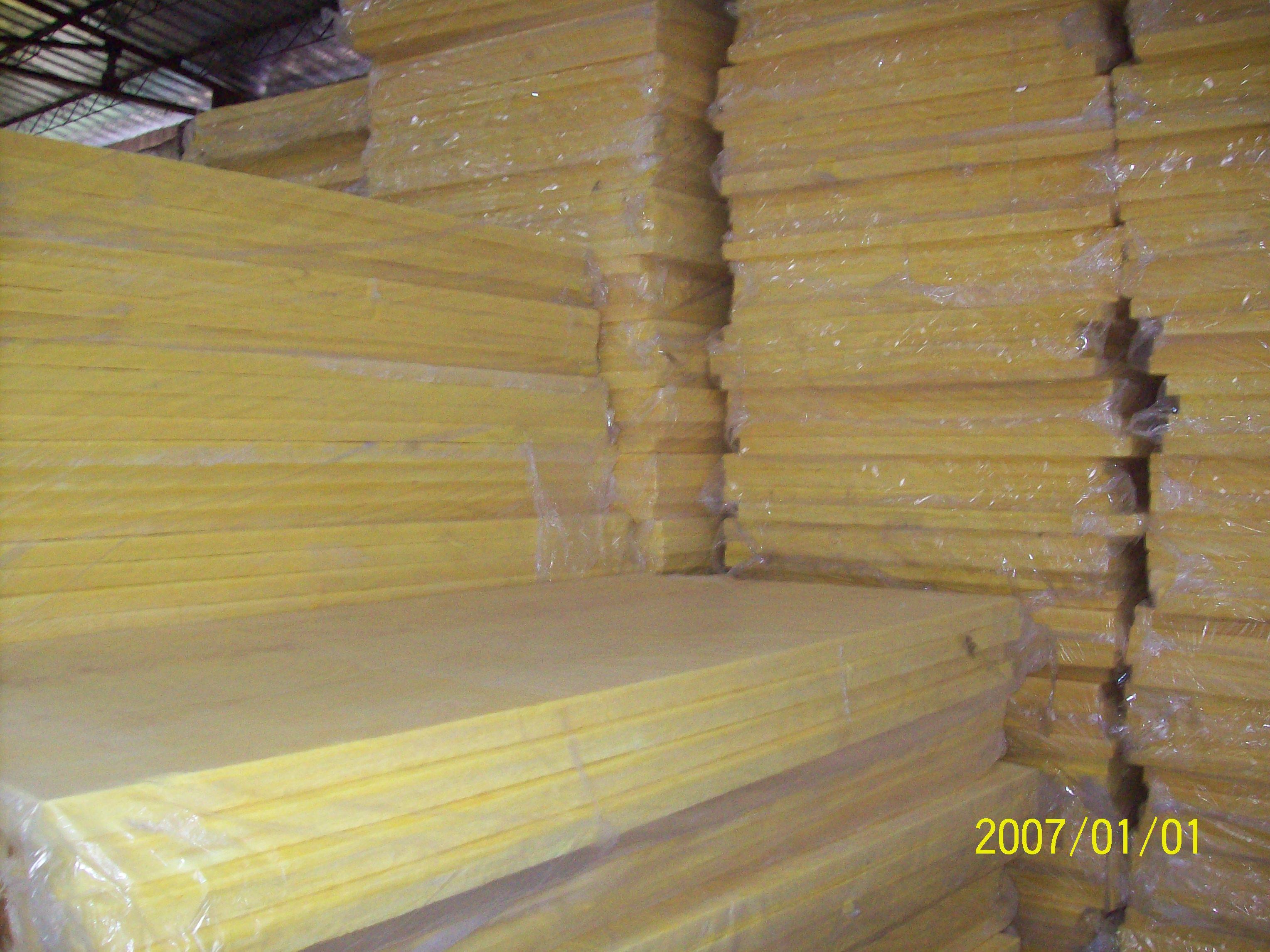 La construcción de las nuevas capas de material nuevo de techo de aislamiento térmico aislamiento con lana de vidrio de aislamiento de los 30 años.
