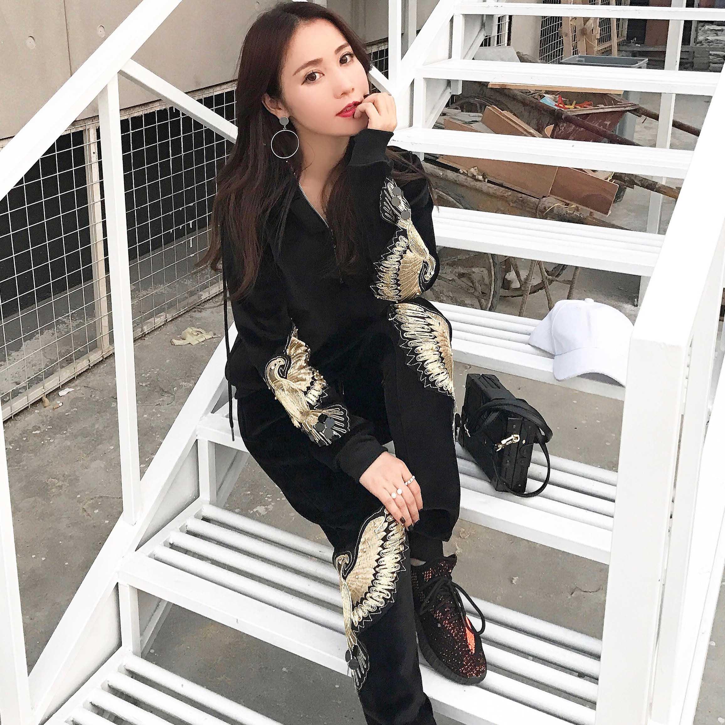 運動休閑套裝女2017新款韓版鼕加絨加厚天鵝金絲絨刺繡時尚兩件套