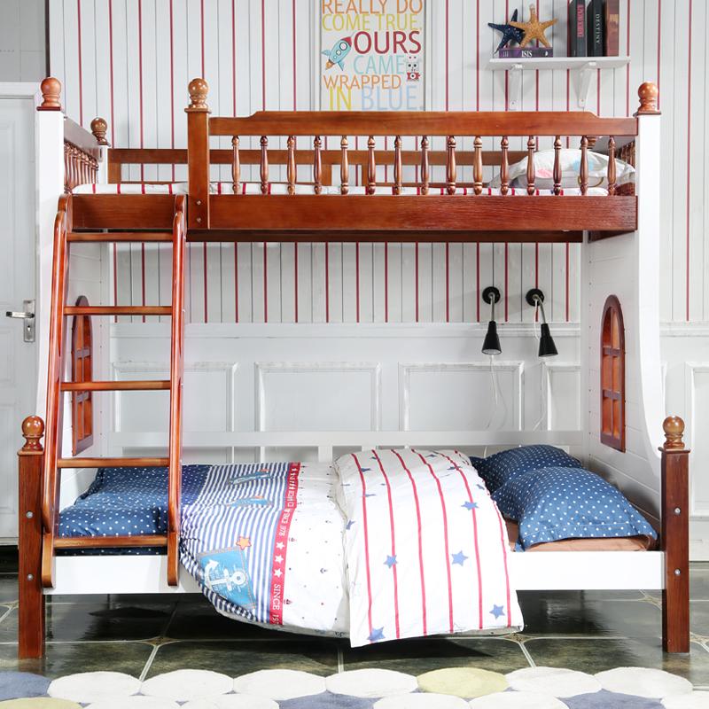 весь деревянный двухэтажный американских детей и подростков на кровати в Средиземноморье орех лестницы окна кровать порошок кофе окружающей среды