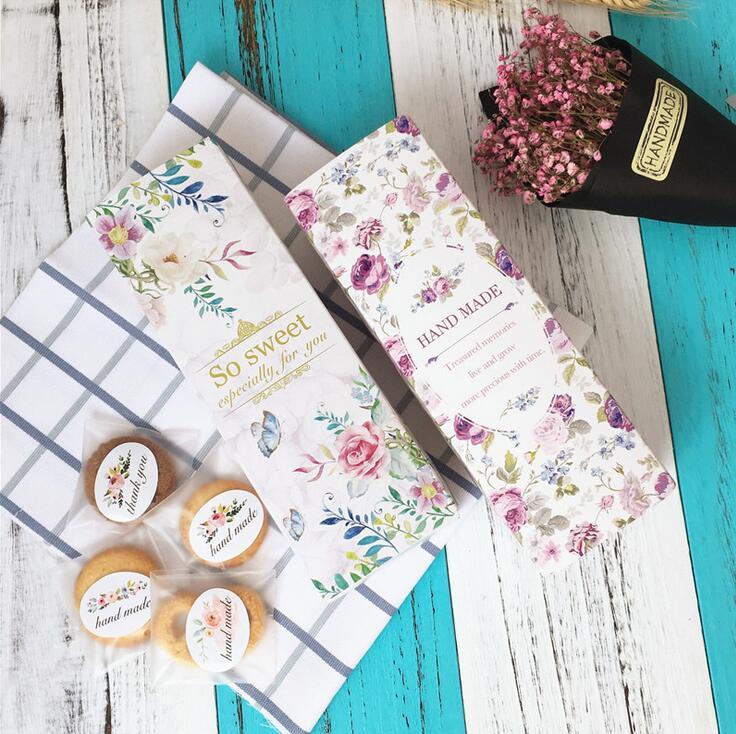 Año nuevo con cajas de huevos de color amarillo pastel de luna de arándano en caja de regalo una tarjeta de caja de cajas de galletas de turrón.