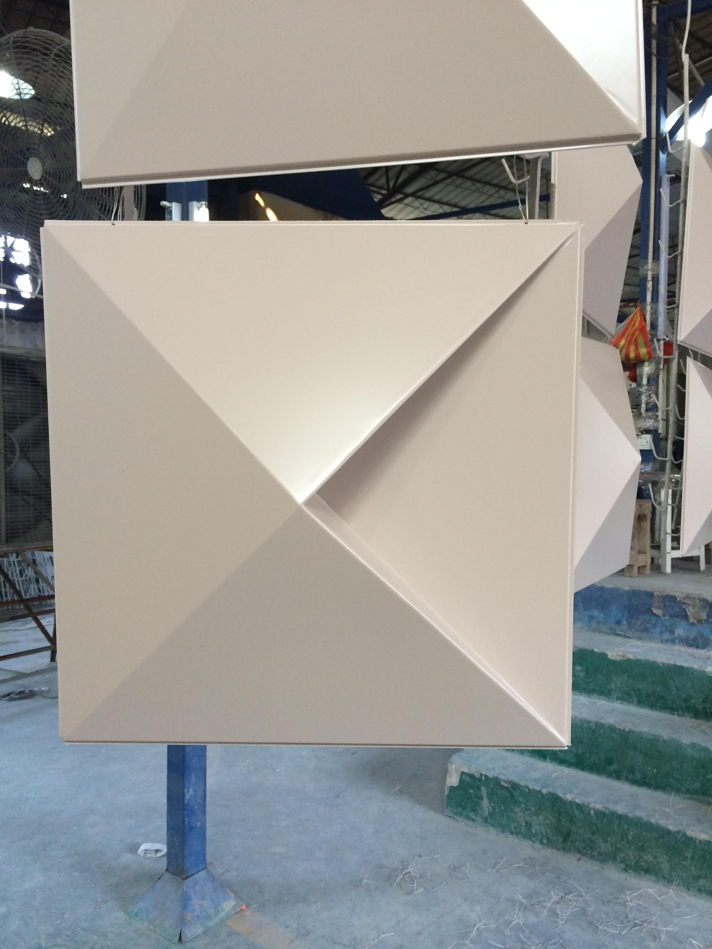 華美良質な六角形板天井天然痘カスタム三角形打抜きアルミ1.5mm厚アルミメーカー