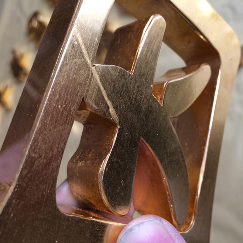 La palabra pintura plana de acero inoxidable pulido de la rosa de oro de alta calidad sin soldadura de titanio de la palabra señal de producción