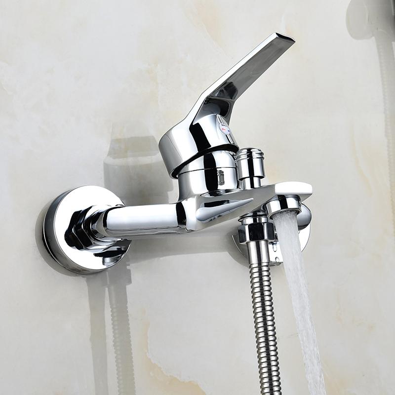 El baño de cobre oscuro con una mezcla de agua caliente y fría bañera ducha triple cabezas de ducha.