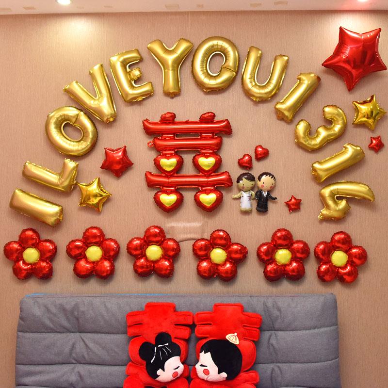 El globo rojo en la pared de un cuarto de la disposición de los globos de hidrógeno en la puerta de la escena de la boda matrimonio amante de la decoración