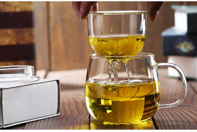 Al calor de la taza de filtración con cubierta de flores con una taza de taza de té con hombres de la Oficina.