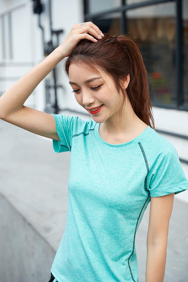 浅绿色短袖单上衣