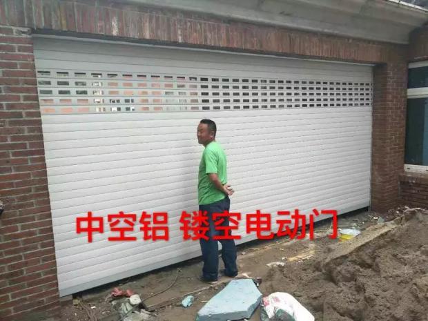 Visita a pechino l'installazione di pugni in Lega di Alluminio, tende avvolgibili su misura di Isolamento elettrico europeo Porta La Porta del Garage in una porta