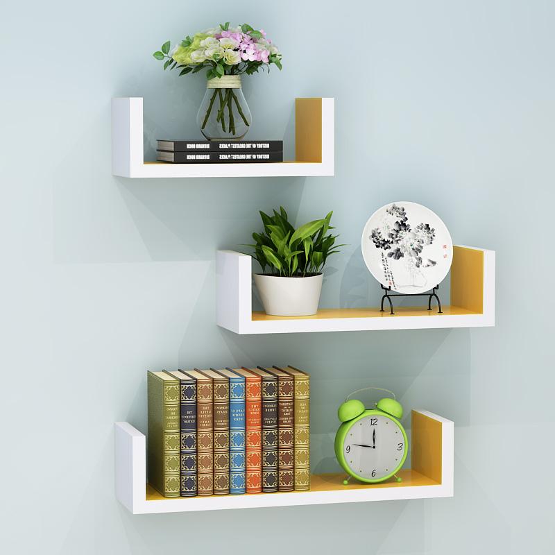 wisi na ścianie wisi na ścianie wisi tam na półce szafki. ściany gabinetu półki biblioteczki. nowoczesne ramy do wina.