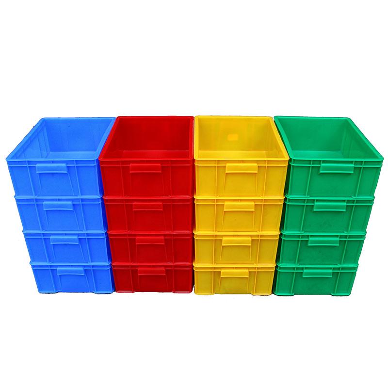 stora logistiska livsmedel på fält tjockare material plast lådor i stora rektangulära fält i fält.