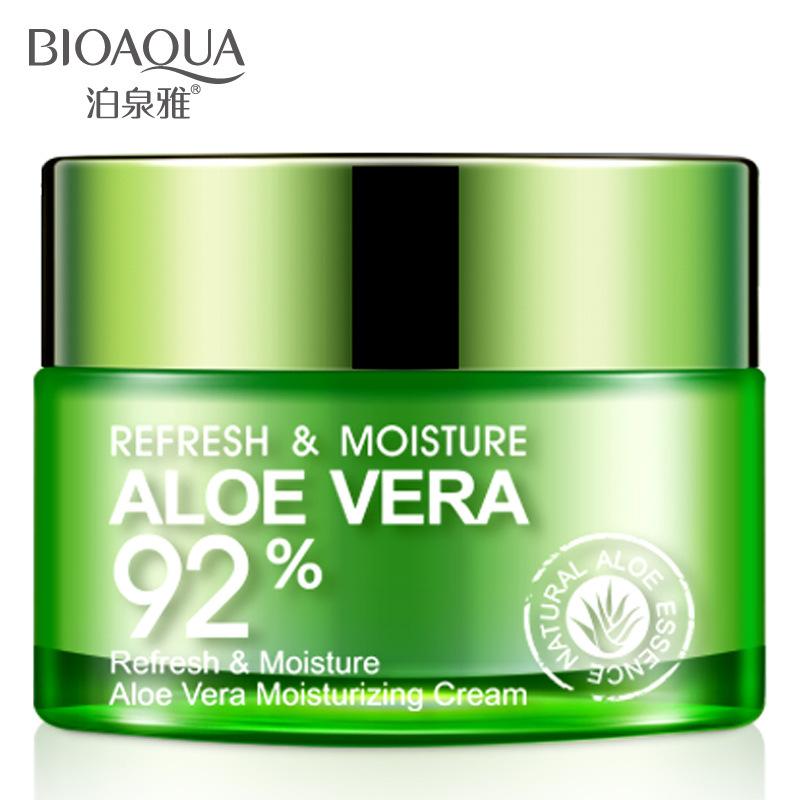 Un gel d'Aloe Vera l'hydratation de la crème des filles et des garçons de jeunes étudiants d'huile hydratante visage enduit dans des produits de soin de la peau